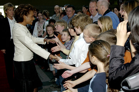 Her Excellency the Right Honourable Michaëlle Jean, Governor General of Canada, takes time to meet Calgarians at Calgary City Hall on May 6, 2006. The Governor General conducted her first regional visit to Alberta from May 4 to 6, 2006. During her three-day visit, Her Excellency focused on building dialogue and forging links with as many Albertans as possible, including the military and their spouses, school children and youth, as well as community volunteers. This was her 7th provincial visit since the beginning of her mandate.