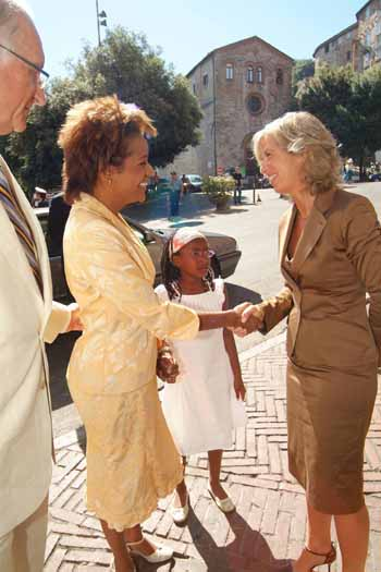 Their Excellencies and their daughter Marie-Éden Lafond are greeted by Stefania Giannini, Rector of the Università per Stranieri in Perugia, Italy, on July 21, 2006.  The Governor General received an honorary doctorate in international relations from the Italian university. She also delivered remarks on the theme of culture as a vehicle for bringing people and new ideas together.  The Governor General was invited to attend the 80th anniversary celebrations of the university.