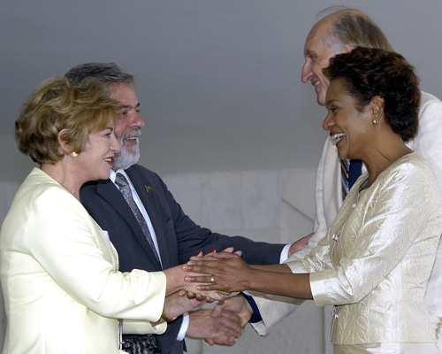 Their Excellencies the Right Honourable Michaëlle Jean, Governor General of Canada, and Monsieur Jean-Daniel Lafond,  meet the President of the Federative Republic of Brazil Luiz Inácio Lula da Silva and Mrs. Marisa Letícia da Silva, during the Official Welcoming Ceremony on the grounds of the Palácio do Planalto in Brasília.