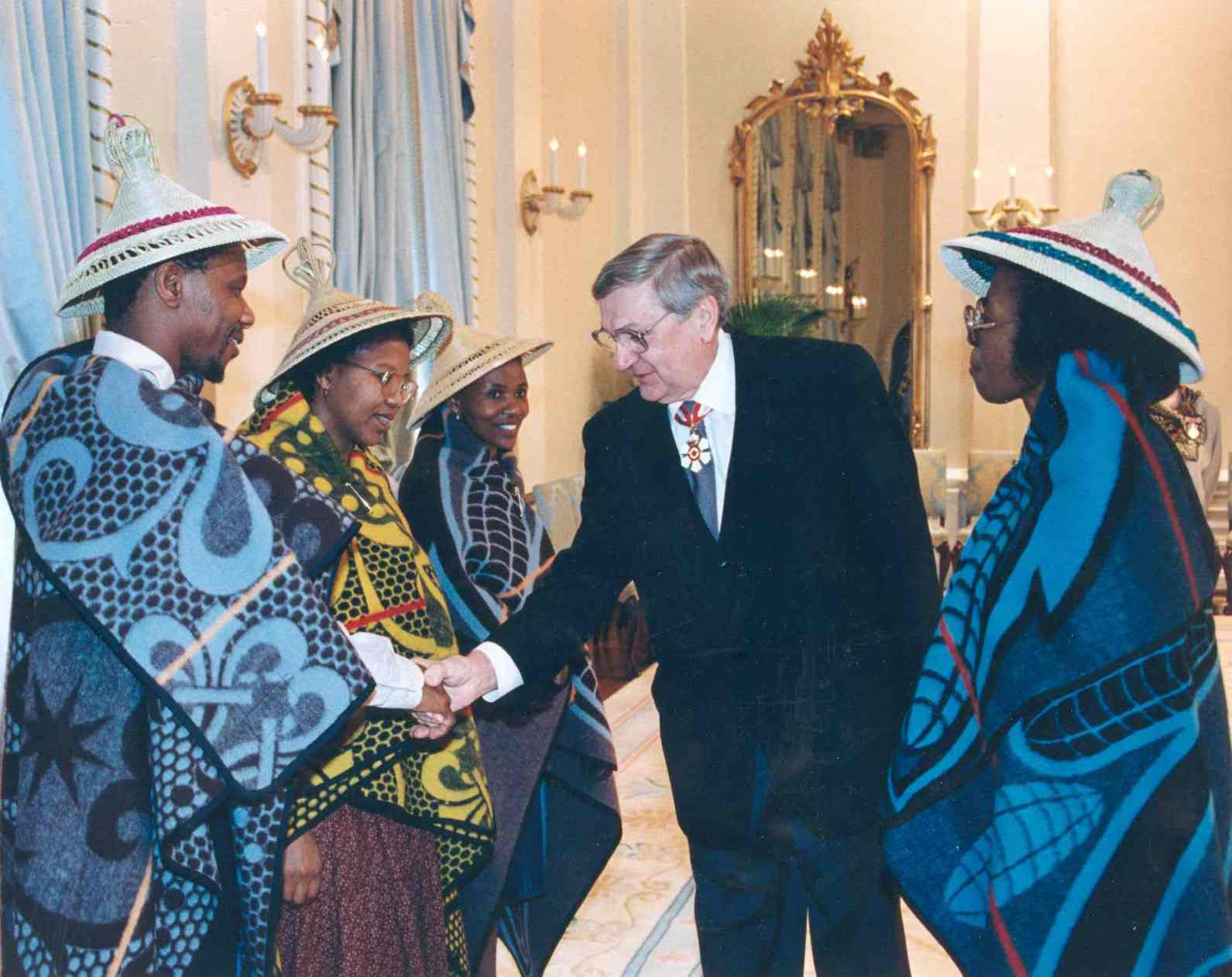 Governor General Roméo LeBlanc welcomes the new high commissioner from Lesotho, Gwendoline Malaheha, and her staff. Date: May 16, 1995. Photographer: Sgt Michel Roy, Rideau Hall. Reference: GGC95-339-31.