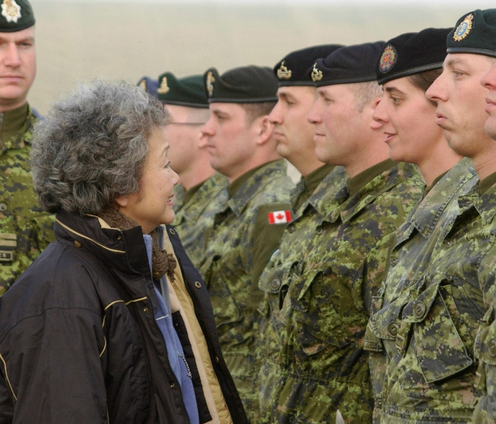 Governor General Adrienne Clarkson talks with soldiers (Kabul, Afghanistan). Date: December 30, 2003. Photographer: MCpl Brian G. Walsh, National Defence. Reference: KA2003-A473D.
