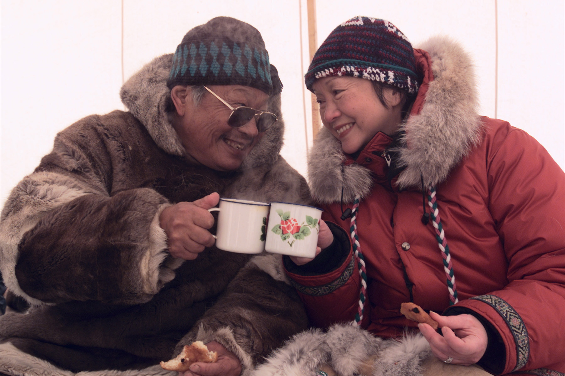 Governor General Adrienne Clarkson shares a cup of iceberg tea with Inuit elder Abraham Pijamini (Grise Fiord, Nunavut). Date: April 3, 2000. Photographer: Sgt Julien Dupuis, Rideau Hall. Reference: N/A.