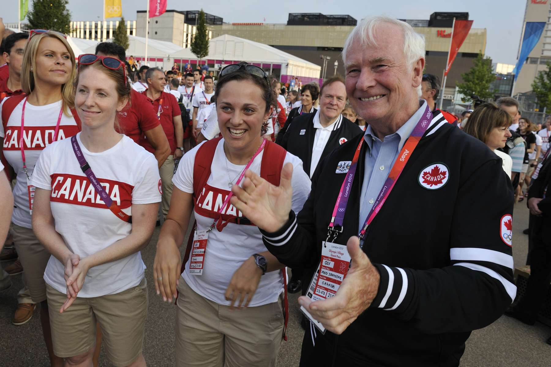 Governor General David Johnston wishes good luck to Canadian athletes, during his visit to the Olympic Village (London, UK). 