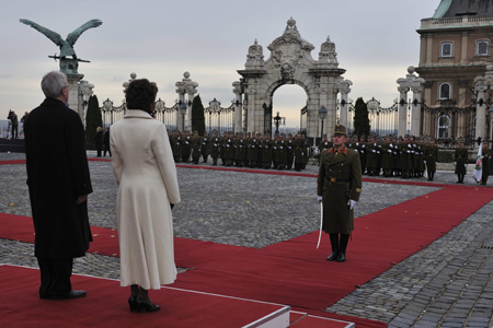Their Excellencies were officially welcomed to the Republic of Hungary during a ceremony with military honours, at 10 a.m., on Monday November 24, 2008, at St-Georges Square, Sándor Palace, Budapest.