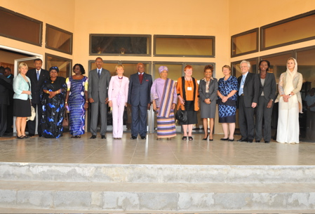 Official photo of the Governor General with co-presidents of the colloquium Her Excellency Ellen Johnson Sirleaf, President of Liberia, and Her Excellency Tarja Halonen, President of Finland, and other Heads of State and Government Leaders attending this international event.