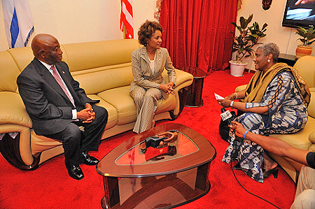The Governor General met with the Vice-President of the Republic of Liberia (left) and the Minister of Foreign Affairs Her Excellency Olubanke King-Akerele (right).