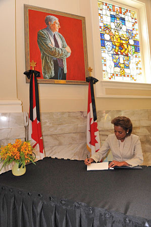 Her Excellency the Right Honourable Michaëlle Jean, Governor General of Canada, signed the book of condolence of the Right Honourable Roméo LeBlanc following his death.