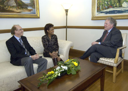 Their Excellencies the Right Honourable Michaëlle Jean, Governor General of Canada, and Mr. Jean Daniel Lafond speak with Mr. Jean Charest, Premier of Quebec, during their visit to Quebec City on February 9, 2006.