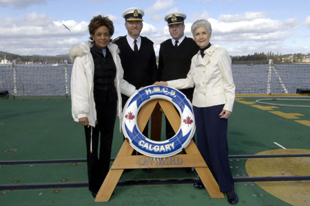 In the presence of Her Honour, the Honourable Iona Campagnolo, Lieutenant Governor of British Columbia, and Rear-Admiral Roger Girouard, Commander, Maritime Forces Pacific and Joint Task Force Pacific, the Governor General sailed onboard the Halifax Class frigate HMCS Calgary. Onboard, the Governor General toured the ship, witnessed first-hand the work of the crew, took part in a mock sea rescue operation and paid tribute to the women and men serving in our armed forces.