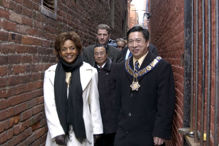 On March 8, 2006, in the company of His Worship Alan Lowe, Mayor of Victoria, the Governor General walked through Centennial Square, by the landmark Chinese Public School, and to the Gates of Harmonious Interest in Chinatown. Members of the public greeted the Governor General along the way.