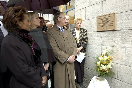 Governor General Michaëlle Jean lays flowers and reads a plaque commemorating the history of slavery in Quebec. On April 7, 2006, in Montreal, Governor General Jean took part in a series of events honouring Marie-Josèphe Angélique, a Black slave charged with arson and subsequently hanged publicly in Montreal in June 1734, not far from what is now Place d'Youville.