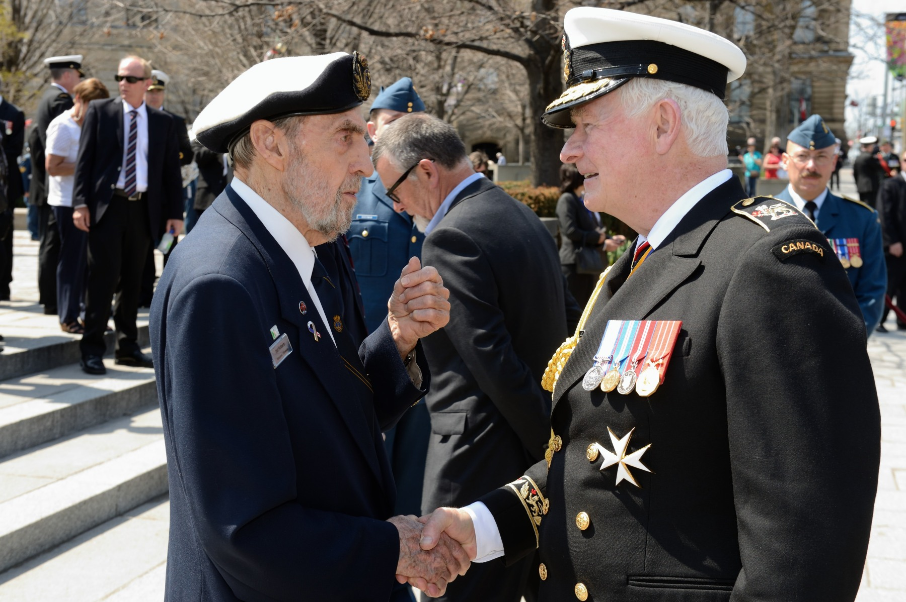 Before leaving, the Governor General spoke with a veteran and thanked him for serving his country.
