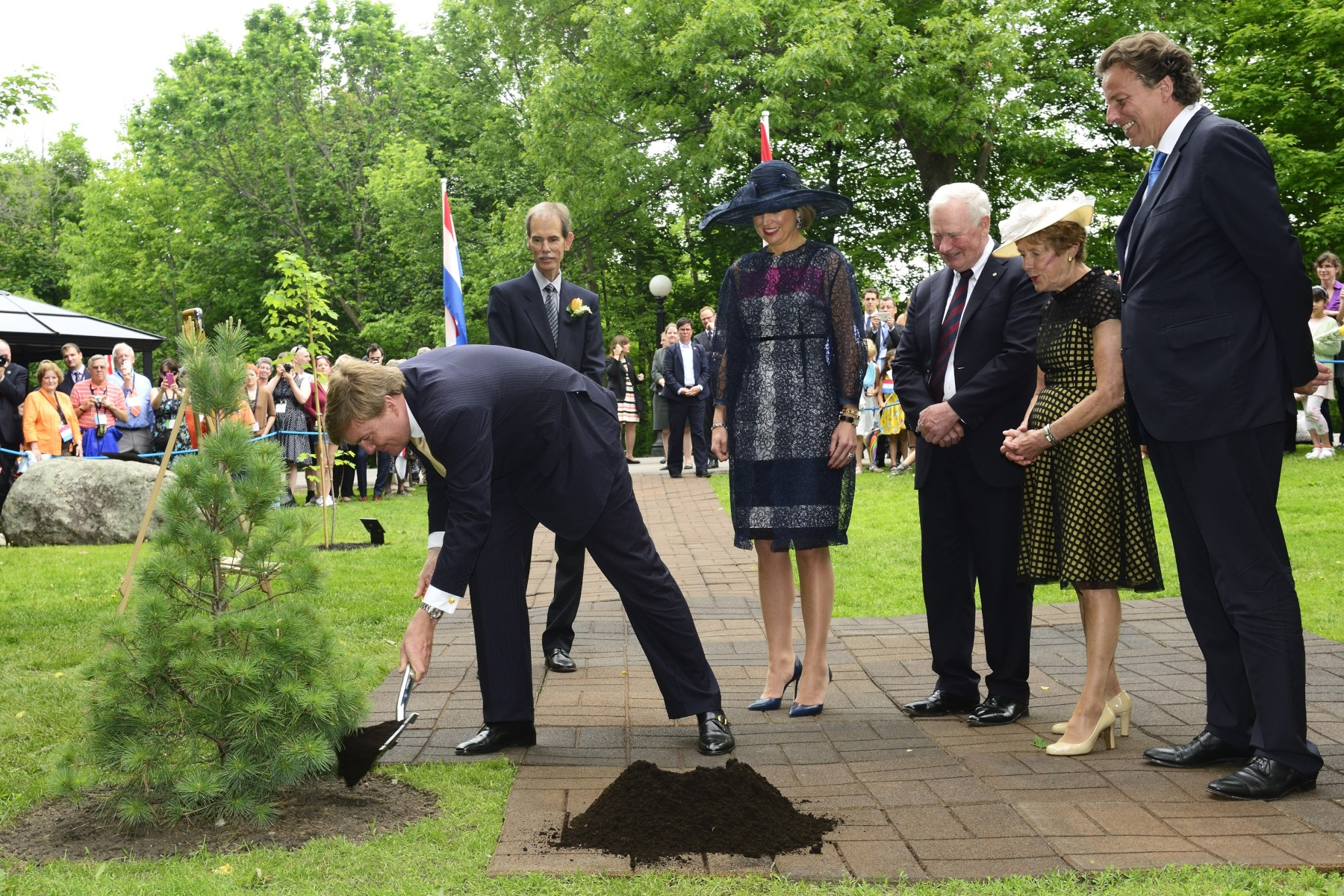 Their Majesties planted an eastern white pine on the grounds of Rideau Hall to commemorate their visit to Canada. It is located next to the tree planted by His Majesty's grandmother, Queen Juliana, and close to the tree planted by his mother, Queen Beatrix. It has been chosen as a living symbol of the strong ties and growing relationships between our two peoples.