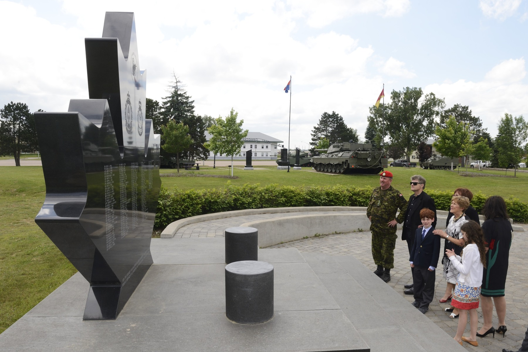Before leaving, she visited the monument erected in memory of the Canadian soldiers who died in combat in Afghanistan.