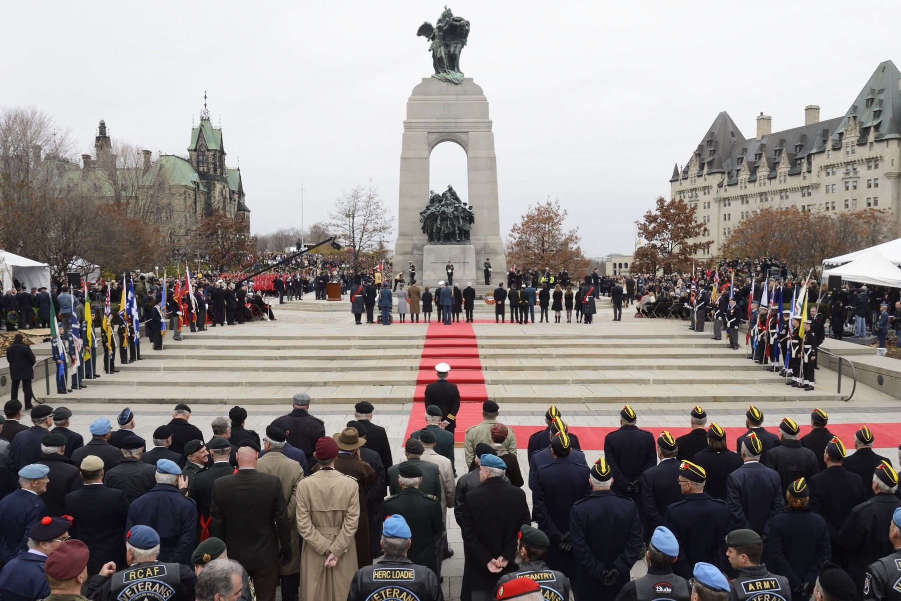On November 11, 2015, Their Excellencies the Right Honourable David Johnston, Governor General and Commander-in-Chief of Canada, and Mrs. Sharon Johnston attended the National Remembrance Day Ceremony at the National War Memorial, in Ottawa.