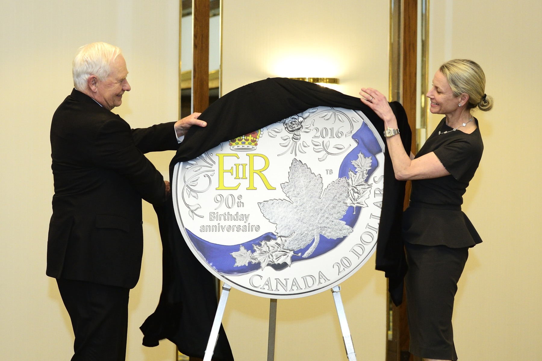 Afterwards, the Governor General unveiled a commemorative coin produced by the Royal Canadian Mint to mark this occasion.