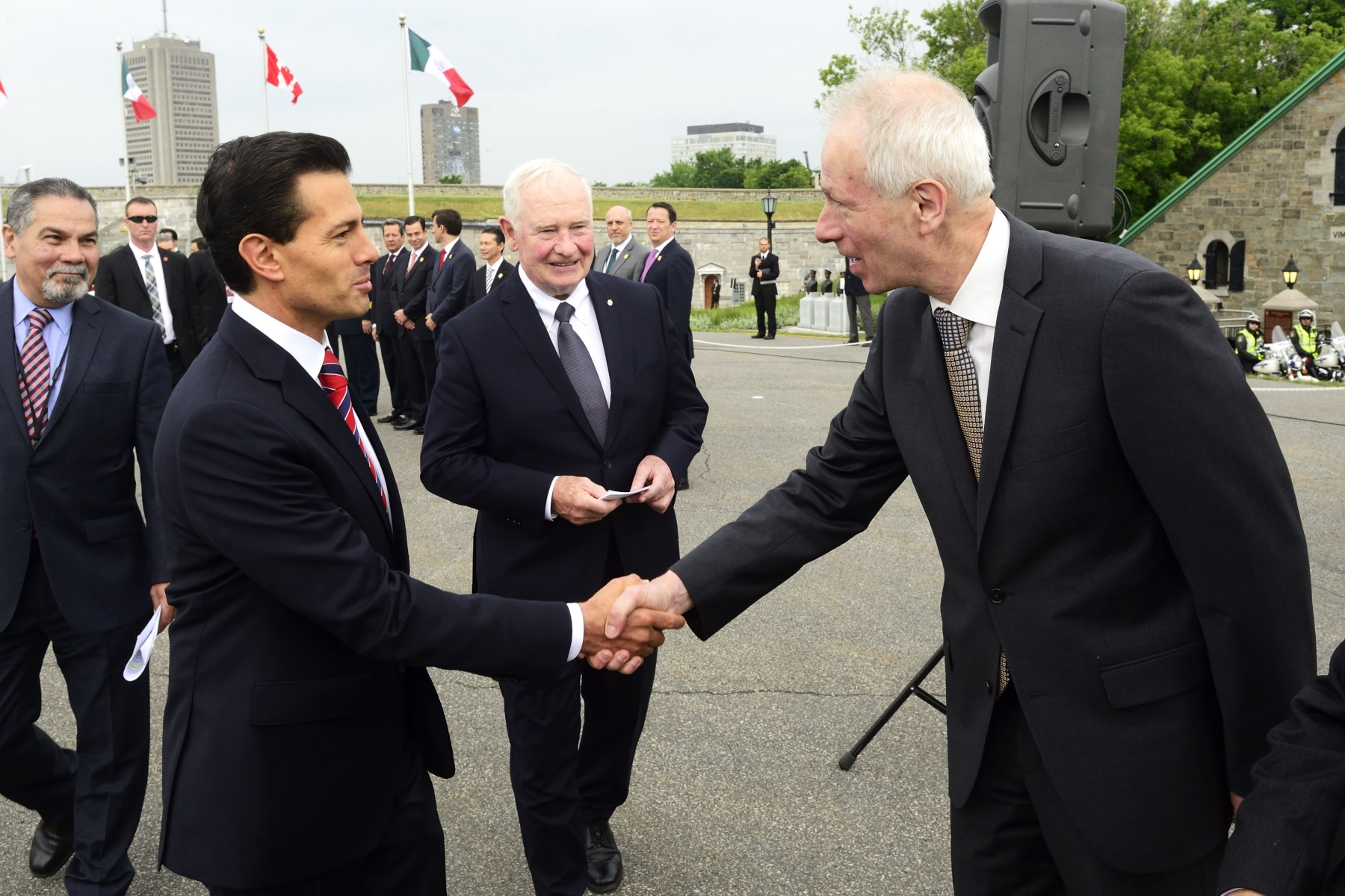 The President of Mexico met with members of the Canadian delegation. He was greeted by Stéphane Dion, Minister of Foreign Affairs.