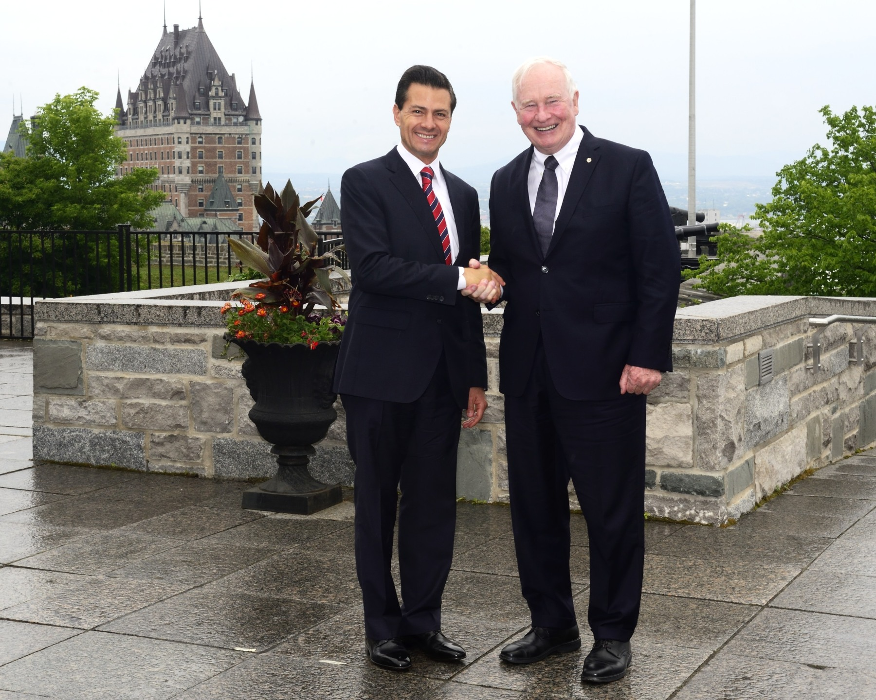 Following the meeting, the Governor General and the President of Mexico went on the terrace of the Cidatelle, overlooking the Château Frontenac.