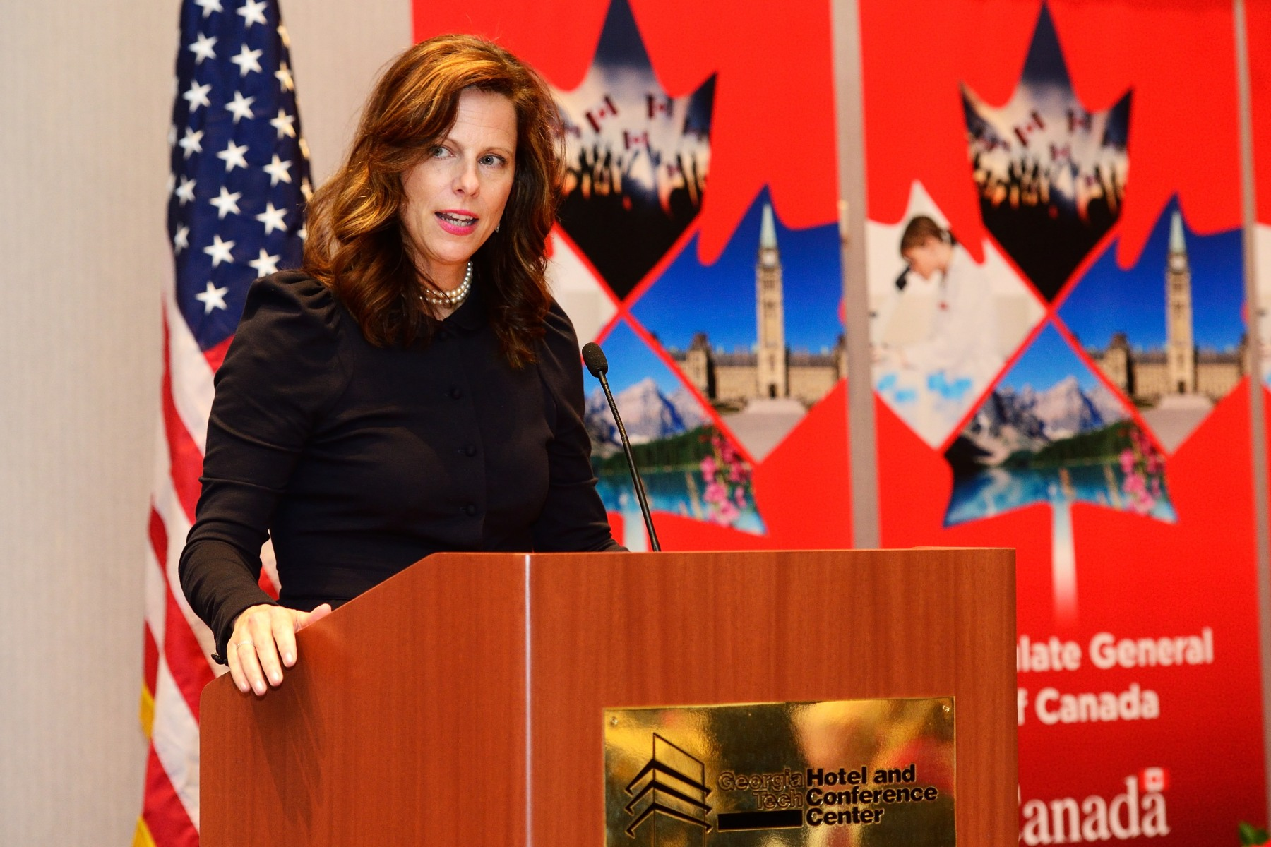 The Governor General was then invited to give the keynote address at a luncheon with business, technology and innovation leaders hosted by the World Council of Atlanta. He was introduced by the Consul General of Canada in Atlanta, Ms. Louise Blais.