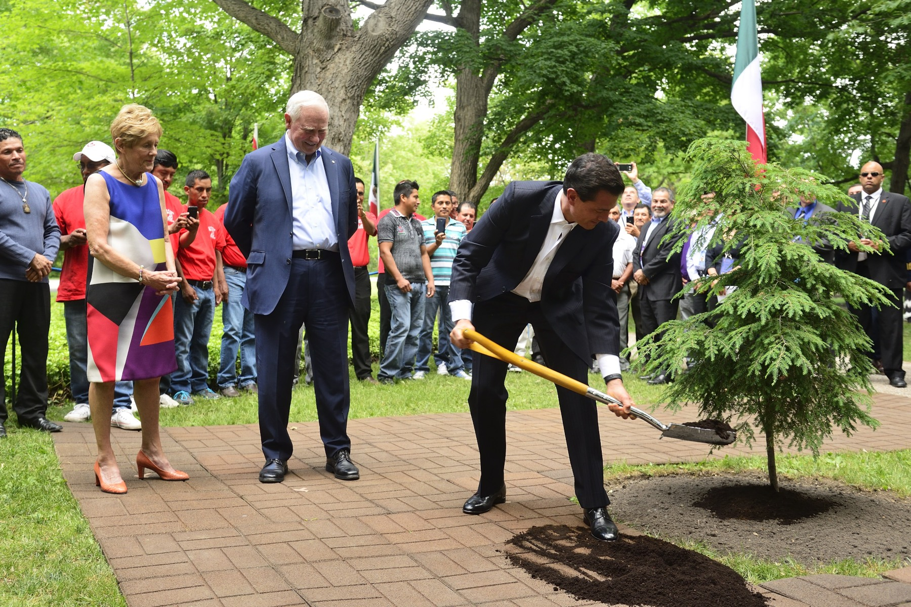 As per tradition, the president planted a tree, an hemlock, on the grounds of Rideau Hall to commemorate his visit to Canada.
