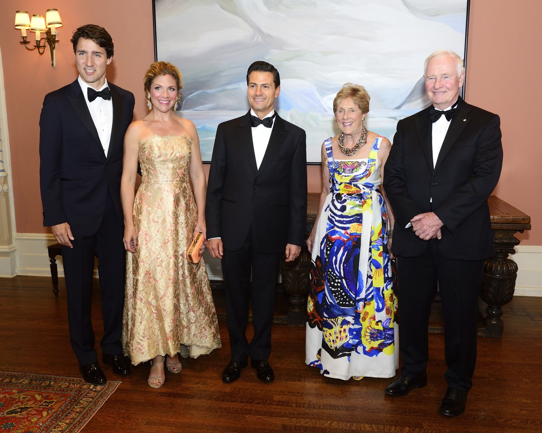 An official photo was taken prior to the State dinner. From left to right: Prime Minister Justin Trudeau, Madame Sophie Grégoire Trudeau, President Peña Nieto, Mrs. Sharon Johnston and Governor General David Johnston.