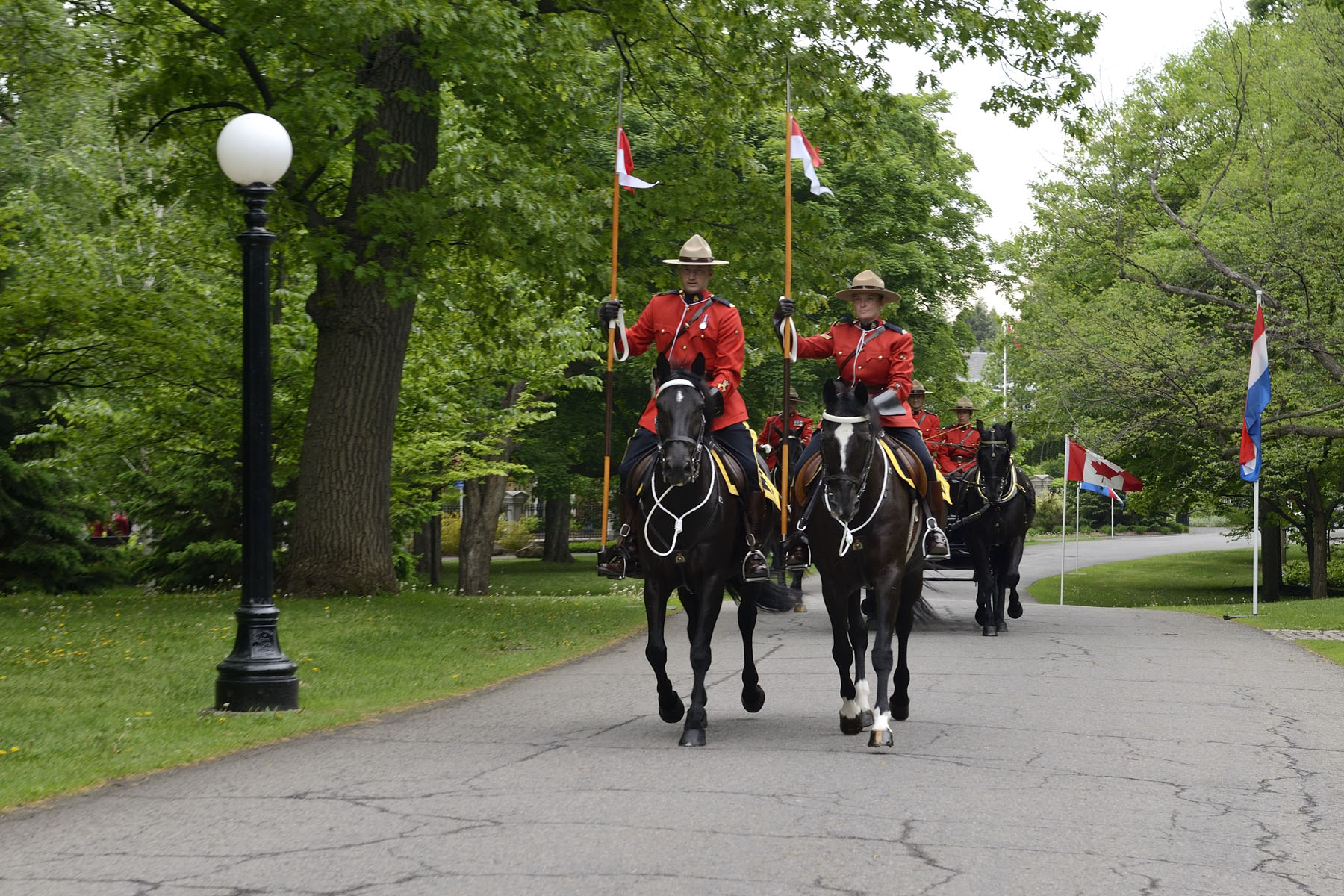 Arriving in a Royal Canadian Mounted Police (RCMP) landau, Their Majesties King Willem-Alexander and Queen Máxima of the Netherlands were welcomed to Rideau Hall.