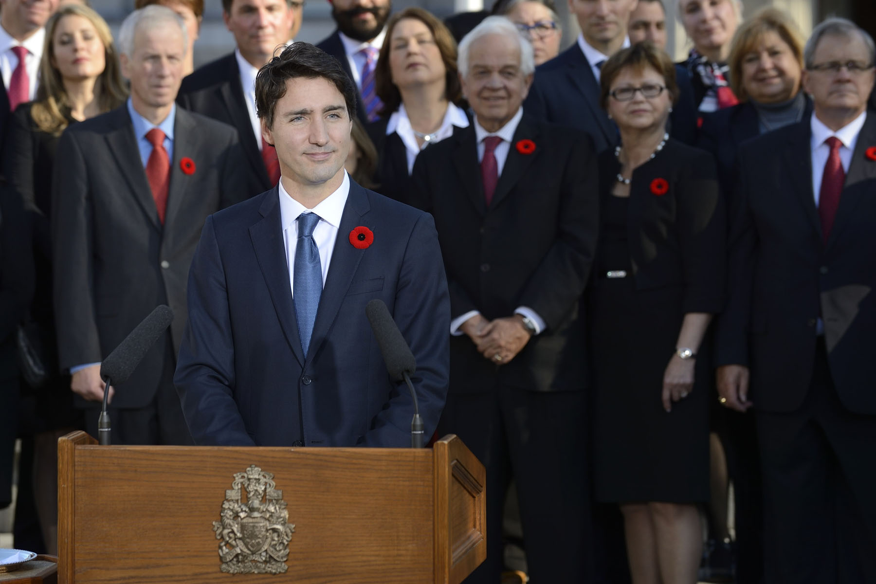 The Prime Minister, in the presence of his Cabinet, delivered a statement in front of the Rideau Hall facade.