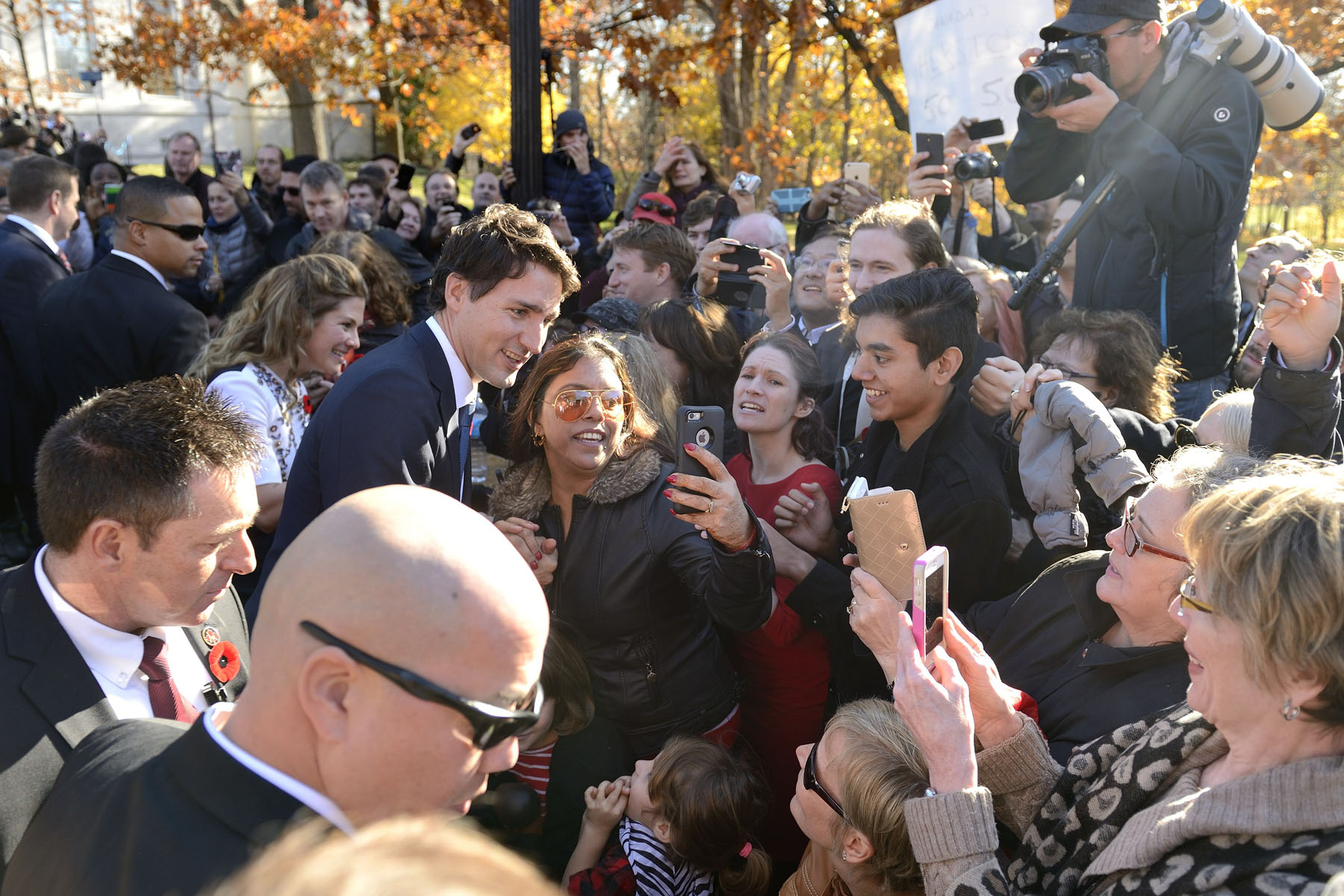 Prime Minister Justin Trudeau and Mrs. Sophie Grégoire-Trudeau mingled with the crowd before their departure.