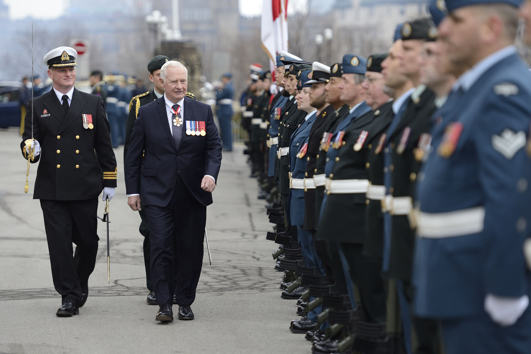 Il a ensuite procédé à l'inspection d'une garde d'honneur de 100 membres de l'Armée canadienne, de l'Aviation royale canadienne et de la Marine royale canadienne.