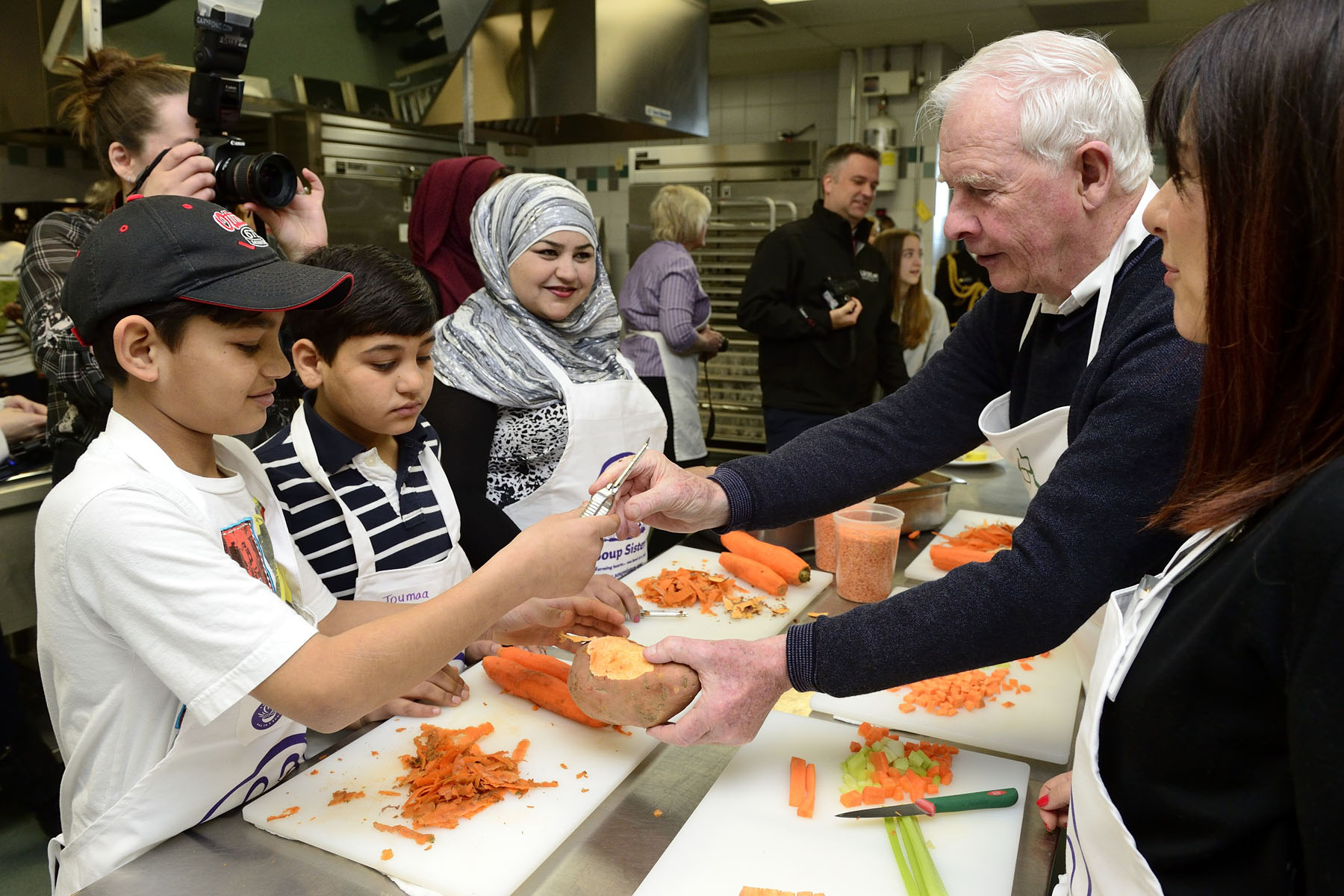 His Excellency joined hundreds of participants to make 5 000 servings of soup for Syrian refugee families arriving in Ottawa.