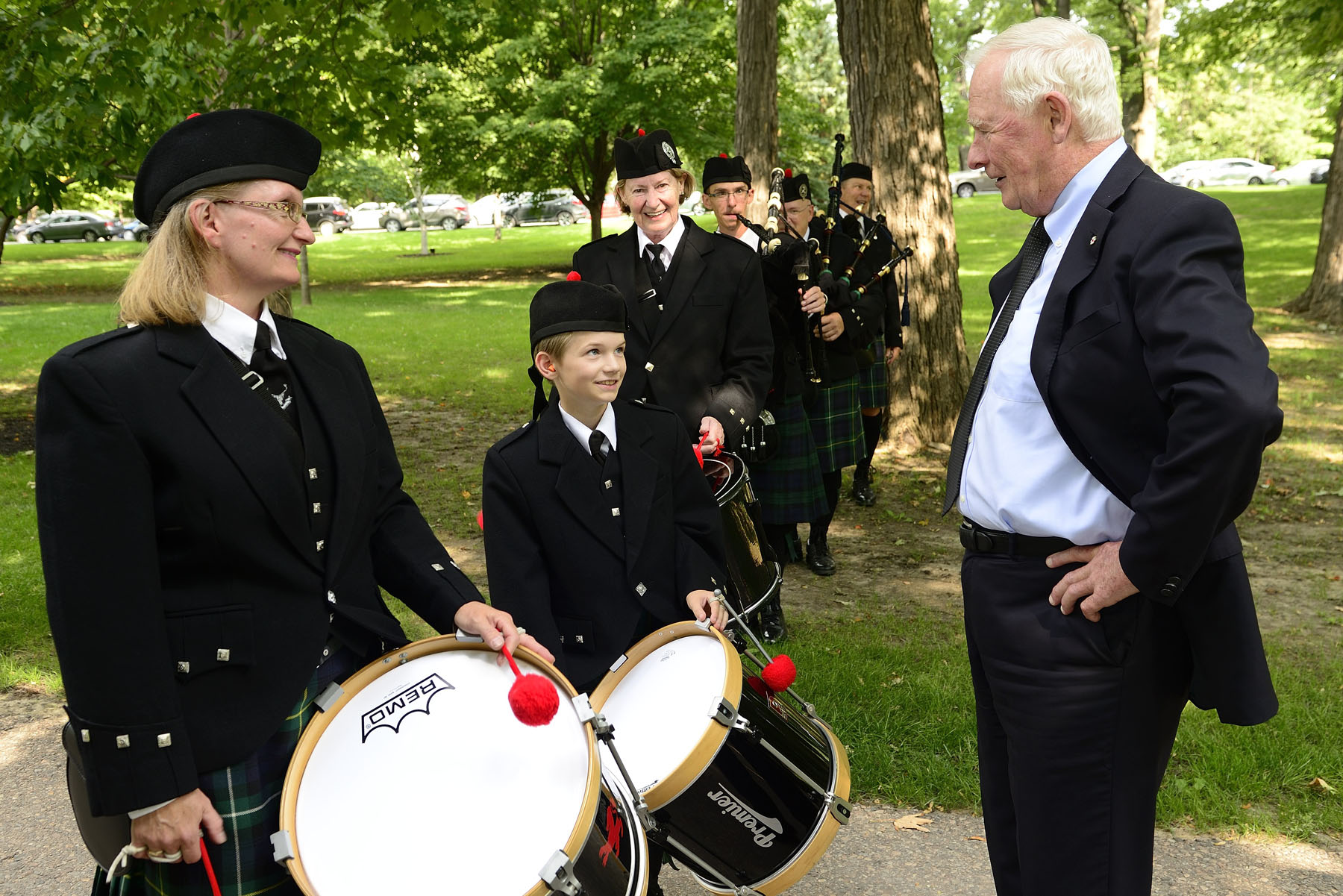 His Excellency the Right Honourable David Johnston, Governor General of Canada, hosted the launch of the 2016 Government of Canada Workplace Charitable Campaign (GCWCC) on the grounds of Rideau Hall on September 7, 2016. Before the event, he spent some time speaking with pipers from the Sons of Scotland Pipe Band of Ottawa.