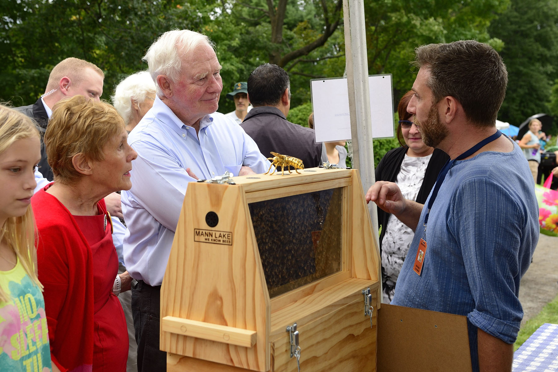 Their Excellencies visited the Apiculture Gatineau kiosk to discuss the ethical development of beekeeping in Gatineau and the surrounding areas. Apiculture Gatineau recognizes the importance of biodiversity, and through workshops and courses about beekeeping and honeymaking, strives to develop an appreciation of biodiversity among the general public.