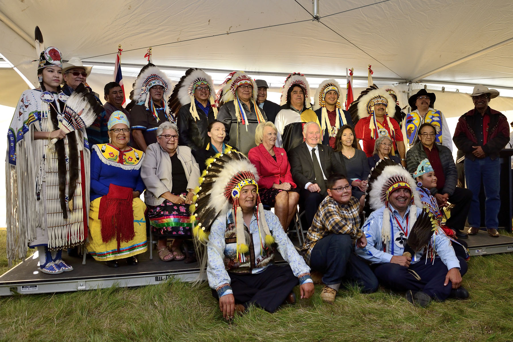 At the end of the ceremony, a group picture was taken with His Excellency, Her Honour, Chief of the Treaty No. 4 Executive Council, National Chief of Assembly of First Nations and with chiefs of Territory No 4.