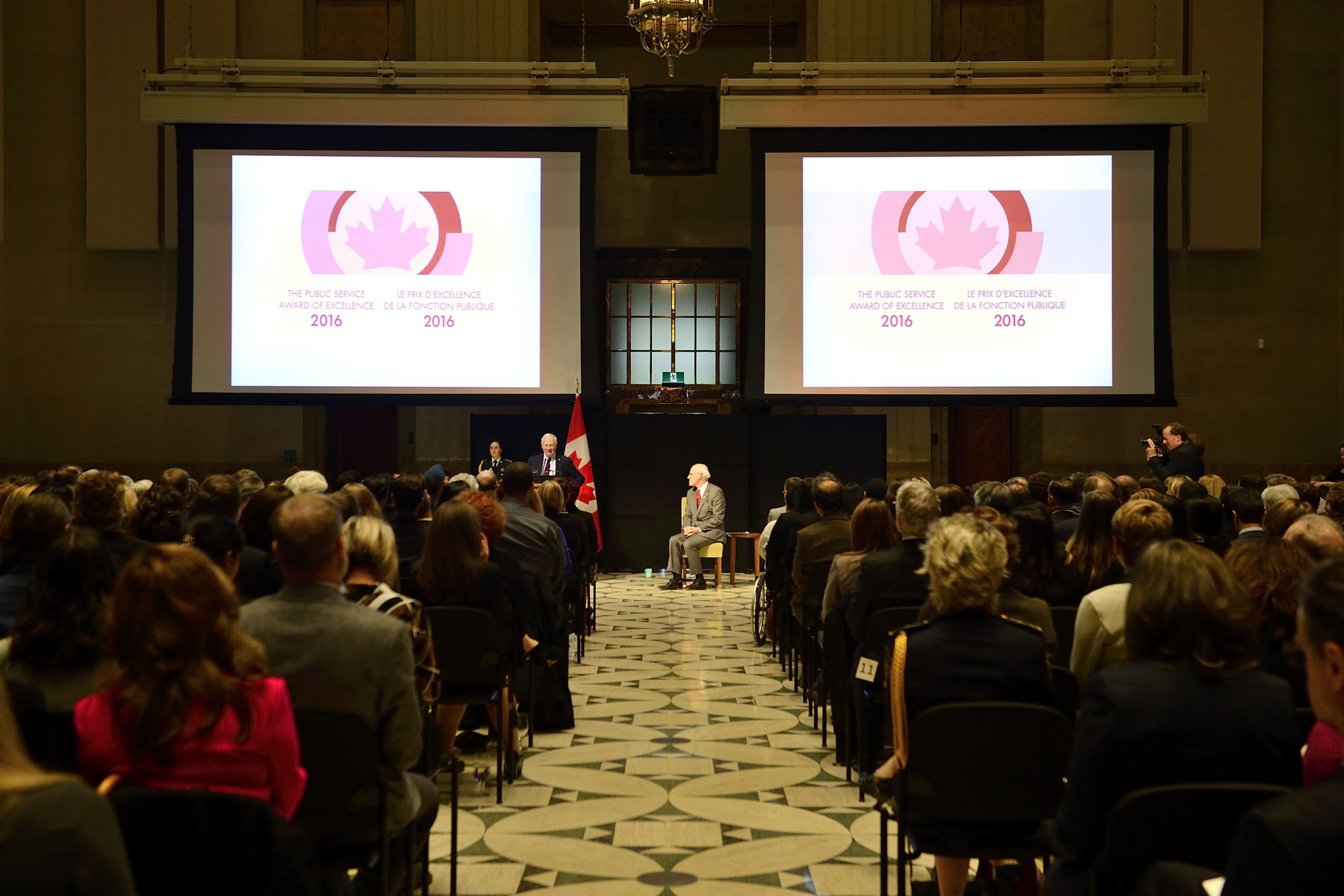 His Excellency the Right Honourable David Johnston, Governor General of Canada, and Mr. Michael Wernick, Clerk of the Privy Council, Secretary to the Cabinet and Head of the Public Service, presented the 2016 Public Service Award of Excellence on Thursday, October 20, 2016, at the Sir John A. Macdonald Building in Ottawa.