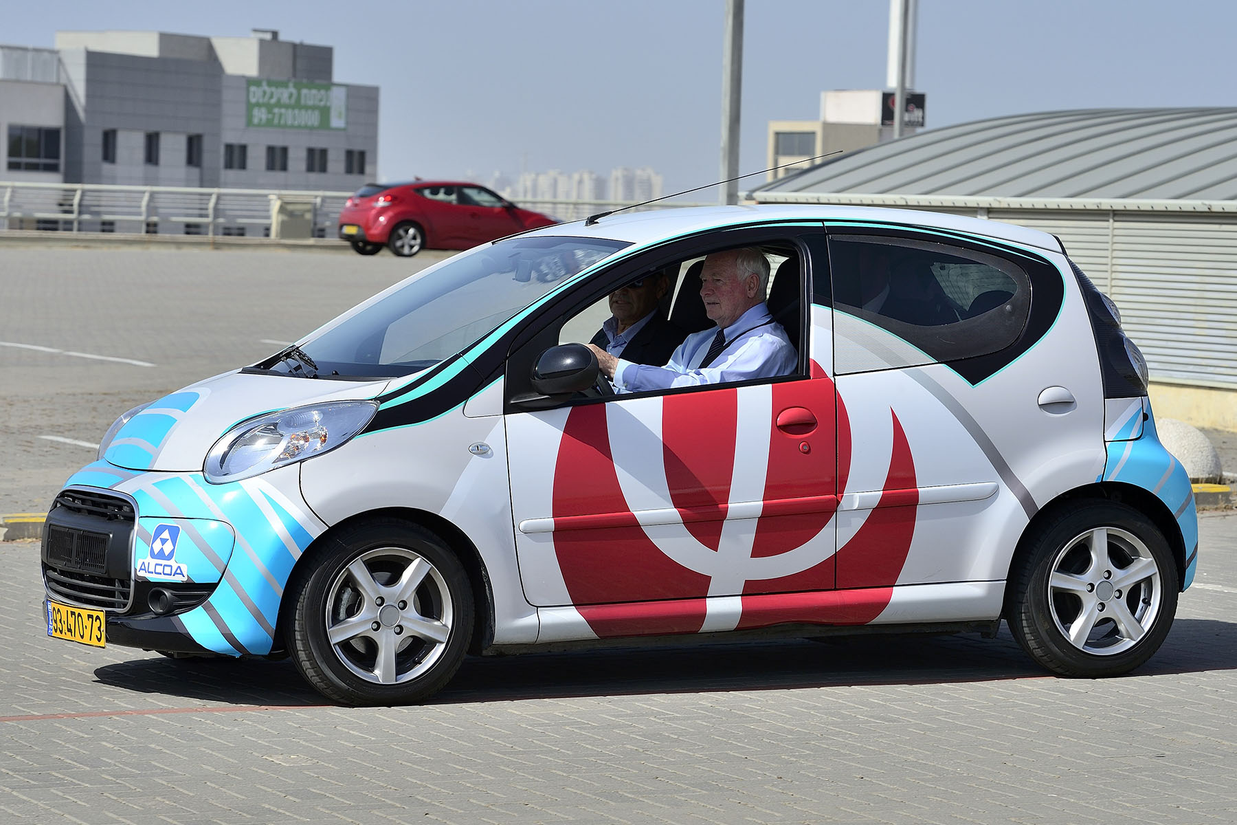 Phinergy is a developer of breakthrough zero-emission, high energy-density systems based on metal-air energy technologies. The company's primary focus is on aluminum-air and zinc-air batteries. His Excellency had the opportunity to drive one of the cars using this technology.