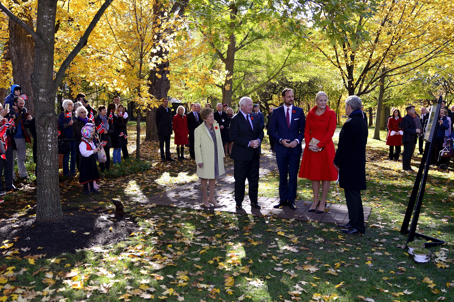 Upon their arrival at Rideau Hall, Their Royal Highnesses joined by Their Excellencies viewed the red oak tree planted by Their Majesties King Harald V and Queen Sonja of the Kingdom of Norway on May 8, 2002, during their State visit to Canada.