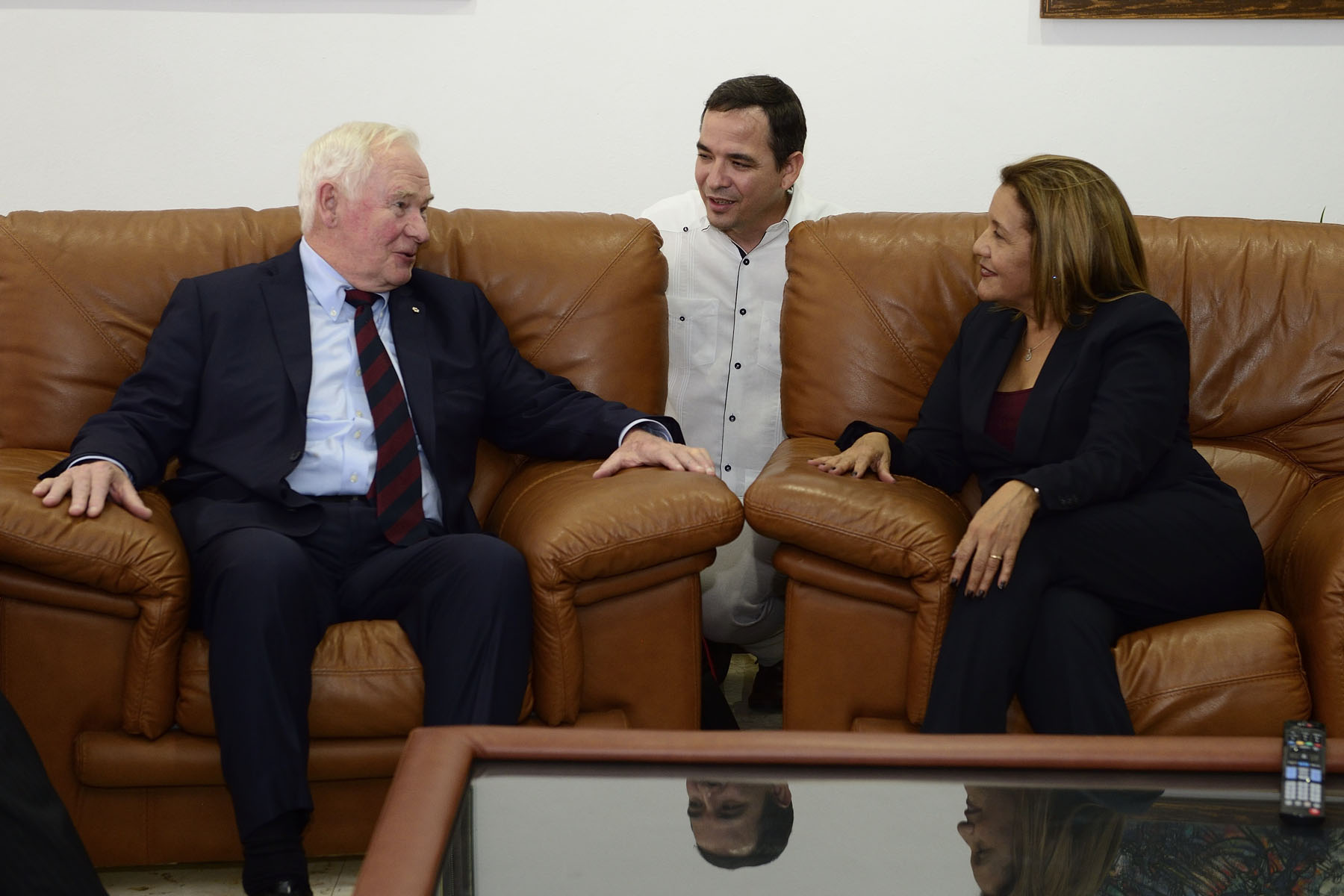The Governor General and the Cuban Minister of Science, Technology and Environment took a few minutes to discuss.