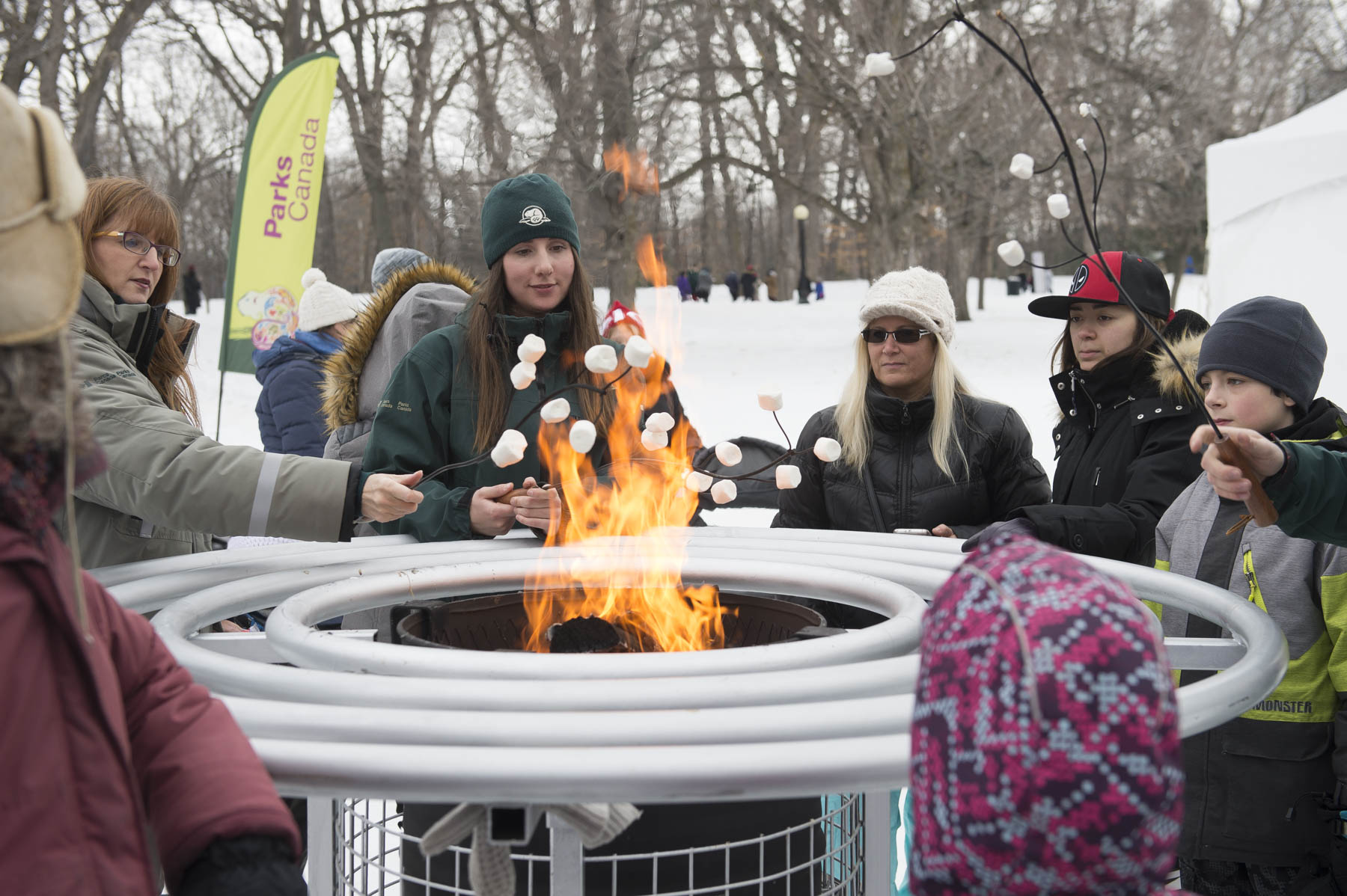 Even if the weather was mild, visitors enjoyed warming up near the fire and eating marshmallows. The activity was offered by Parks Canada.