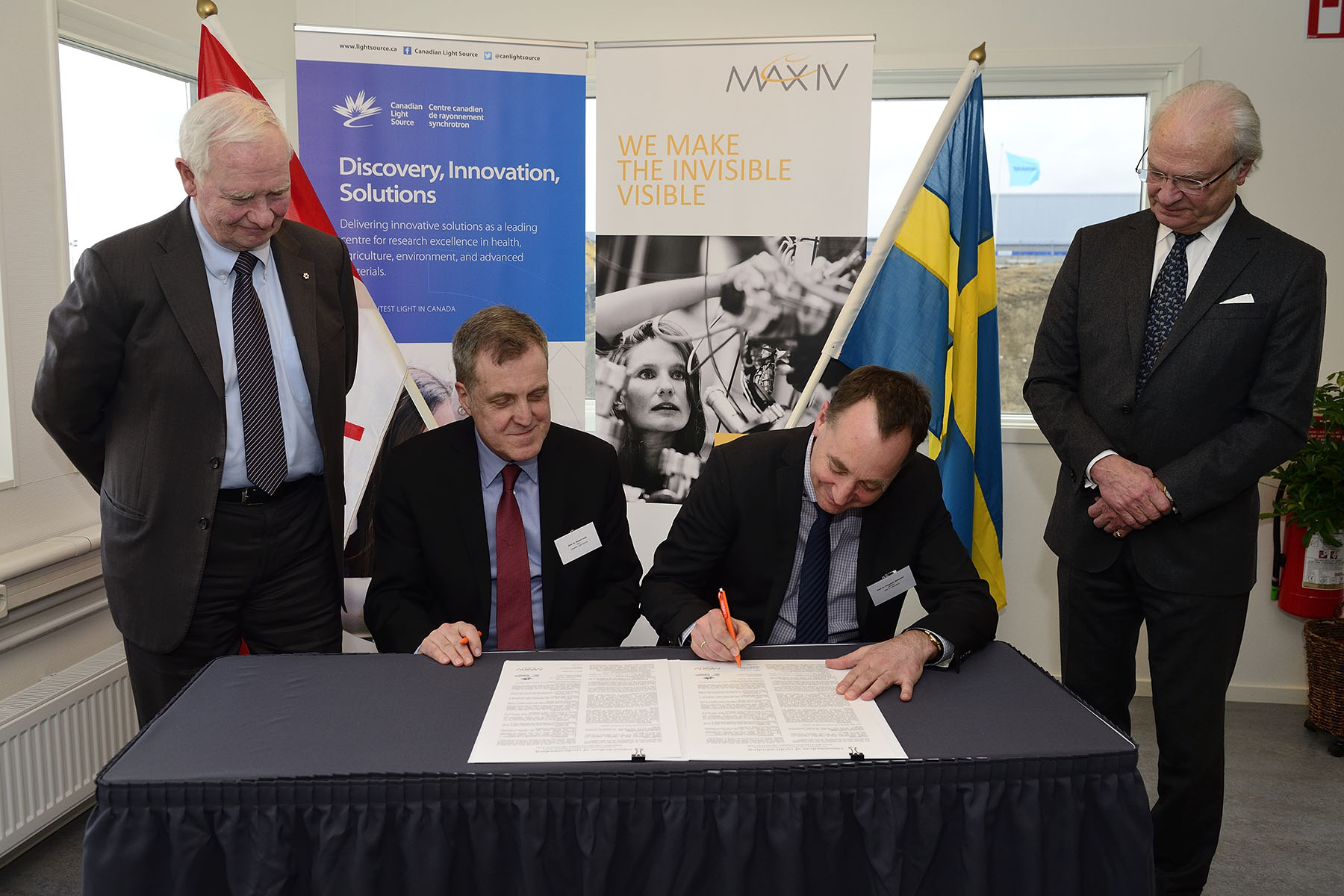 At the end of the discussion, His Excellency and His Majesty King Carl XVI Gustaf witnessed the signing of the renewal of a Memorandum of Understanding between Canadian Light Source and MAX IV on the exchange of knowledge and personnel between the two organizations.