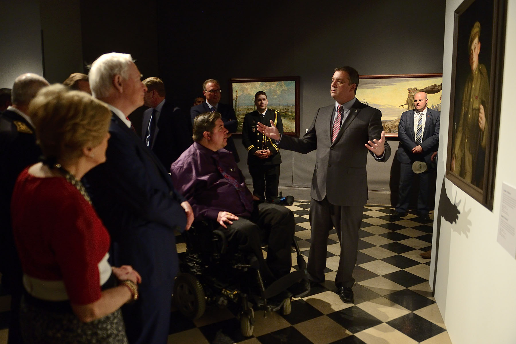 In the presence of First World War historians Dr. Tim Cook, C.M. and Dr. Melanie Morin-Pelletier, Their Excellencies learned more about the travelling exhibition. Featuring over 60 works of art, including masterpieces by Canadian artists A.Y. Jackson and Frederick Varley, it also portrays personal works created by soldiers posted in l'Artois in 1917 and sent to their families back home.