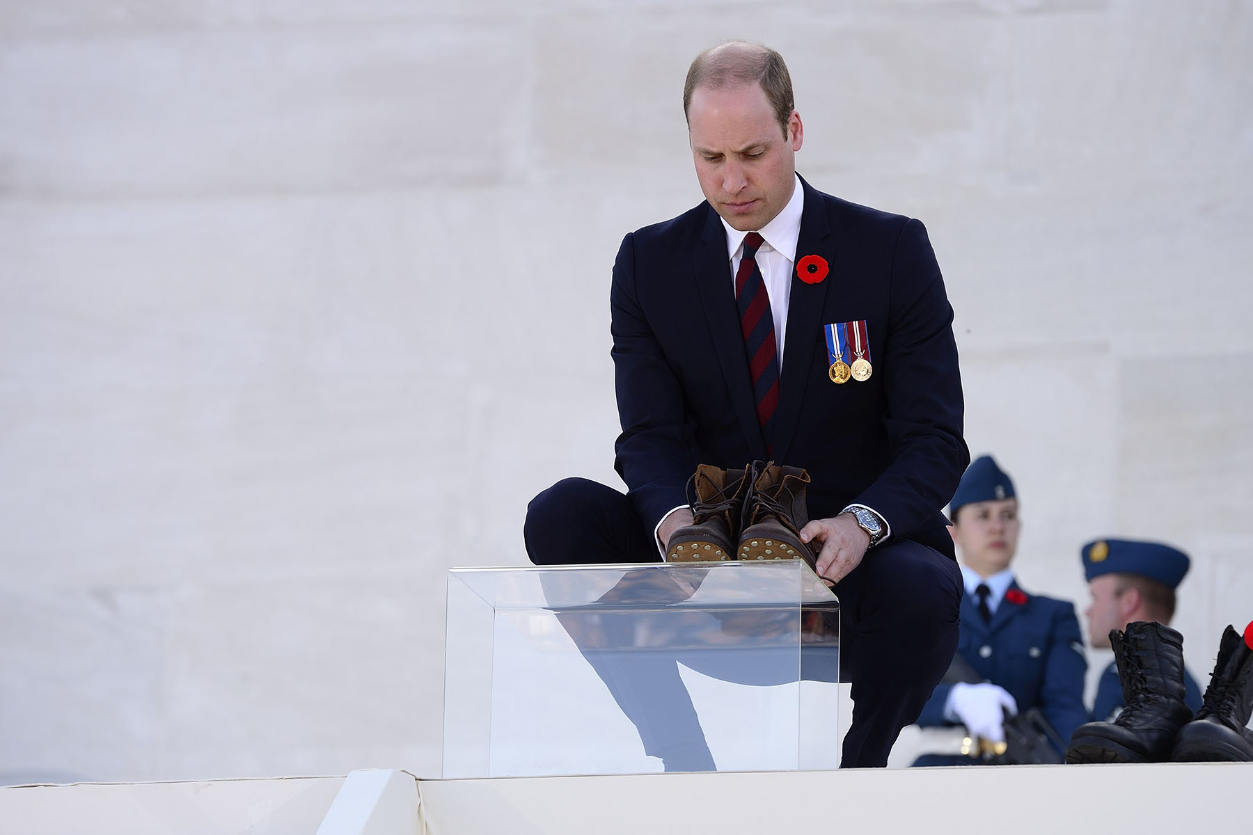 During the ceremony, Their Royal Highnesses The Duke of Cambridge and Prince Harry laid the last pair of boots symbolically representing the 3 598 Canadian soldiers who fell during the battle.