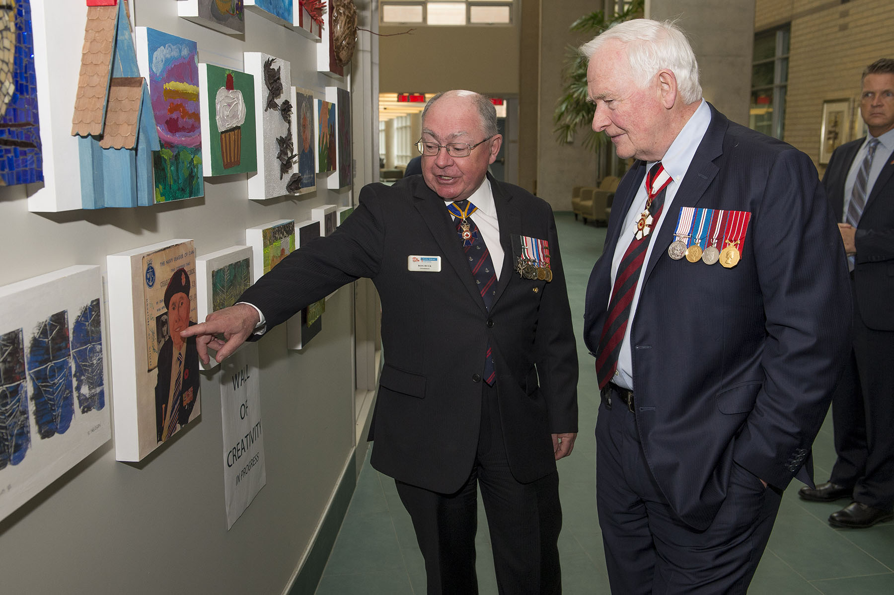 The Governor General admired some artwork created by residents of the Perley and Rideau Veterans' Health Centre.