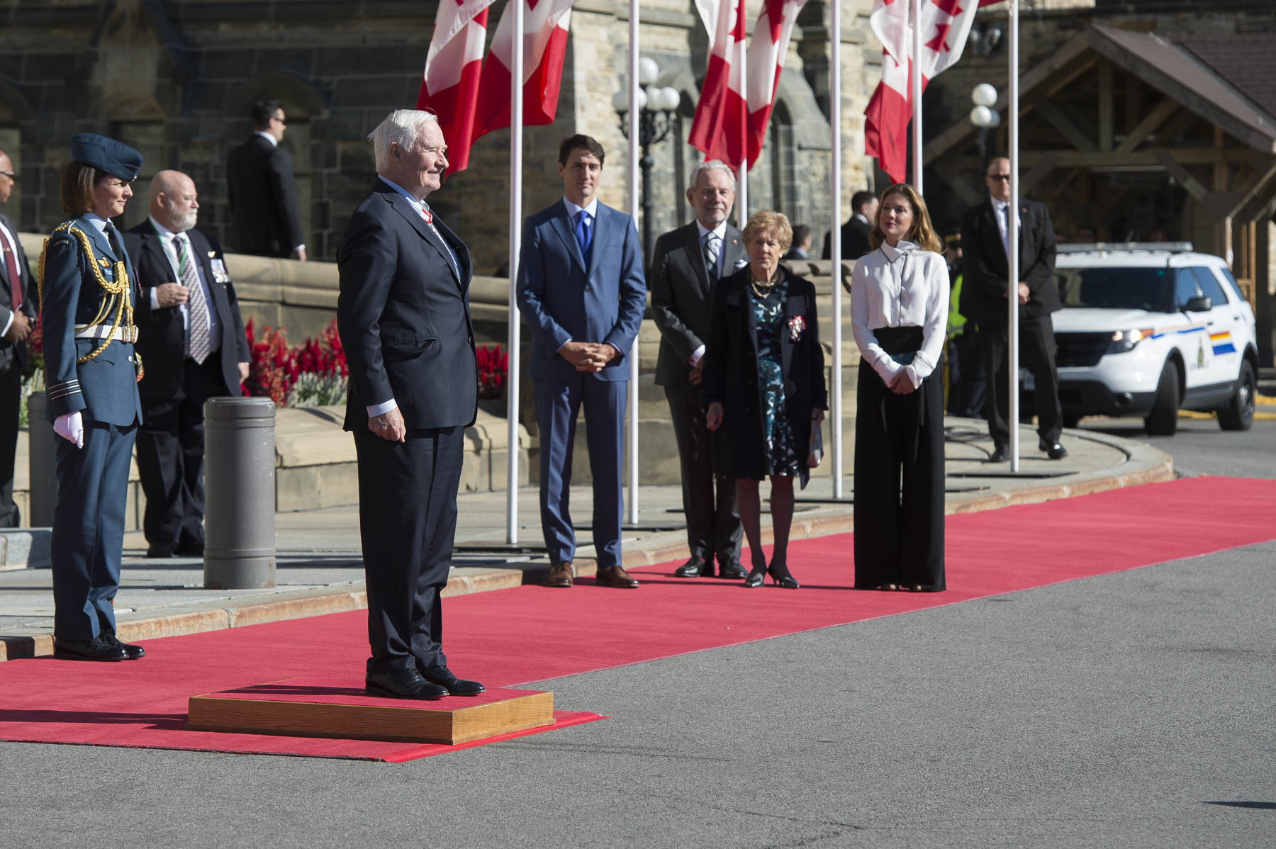 Son Excellence le très honorable David Johnston, le 28e gouverneur général du Canada, a reçu un salut royal de la garde d'honneur des Forces armées canadiennes à son arrivée sur la Colline du Parlement.