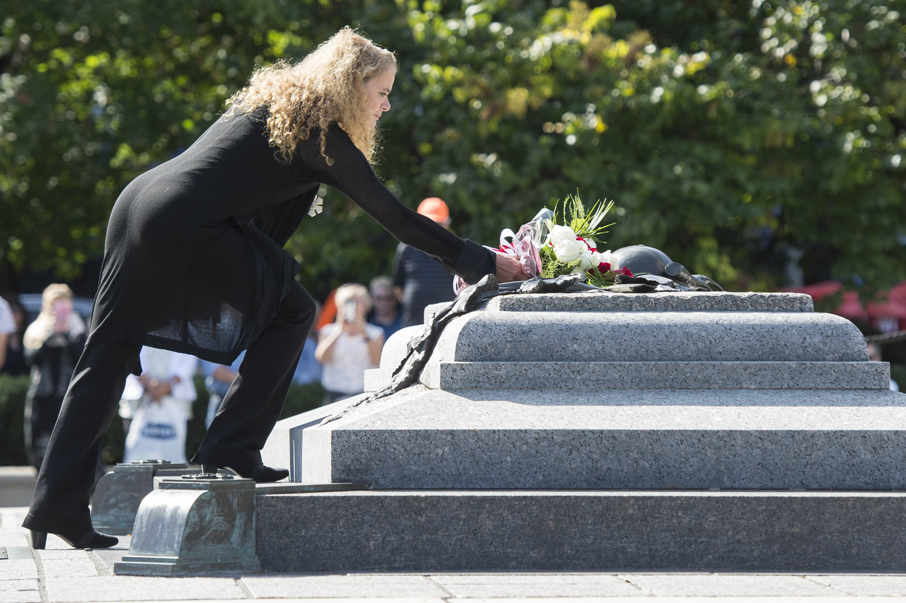 Her Excellency layed flowers at the Tomb of the Unknown Soldier to honour and remember Canadians who lost their lives fighting on behalf of their country.