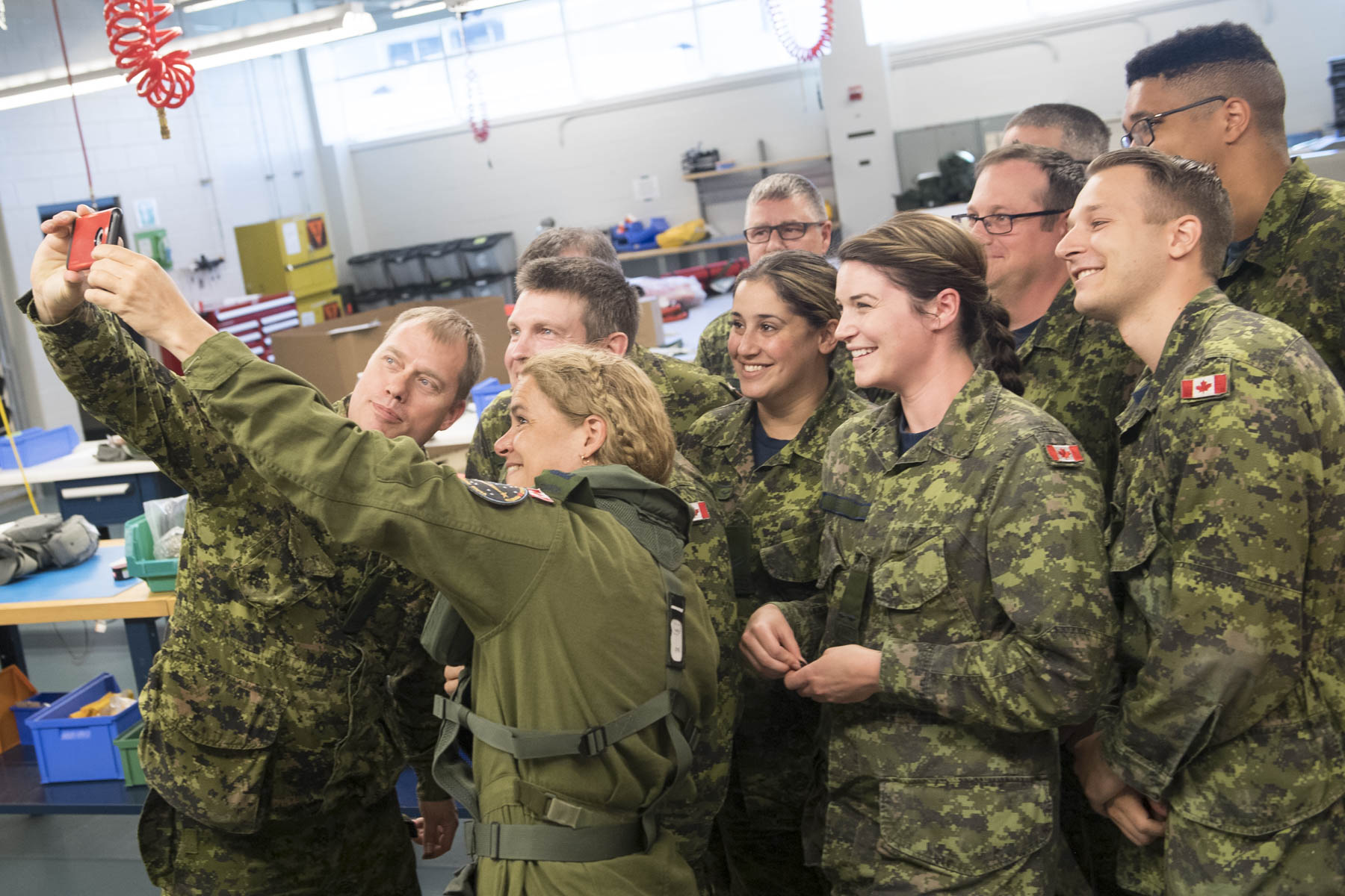 Afterwards, Her Excellency met with instructors and students at 406 Squadron to learn about the skills required to operate and maintain the CH-148 Cyclone.