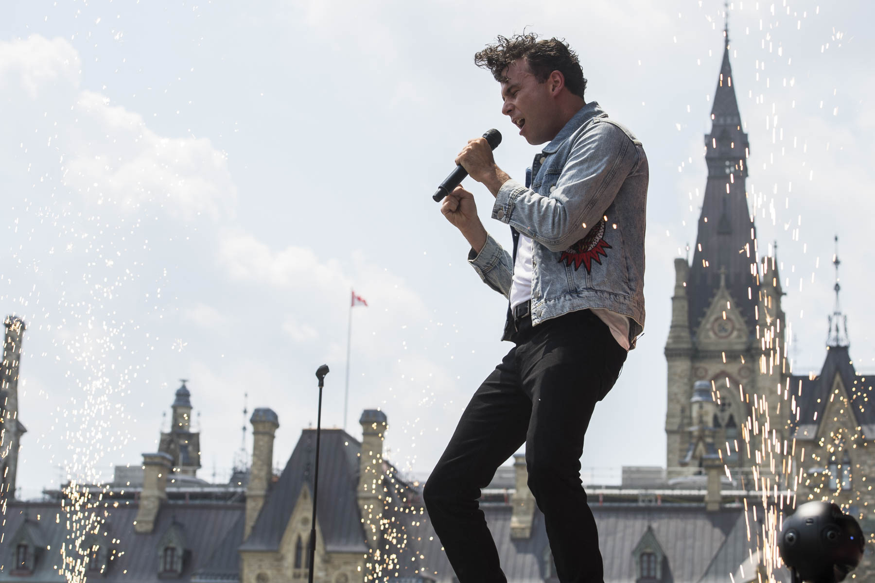 "Arkells closed the show with the song ""Knocking at the door"" with the participation of all the Noon Show artists."