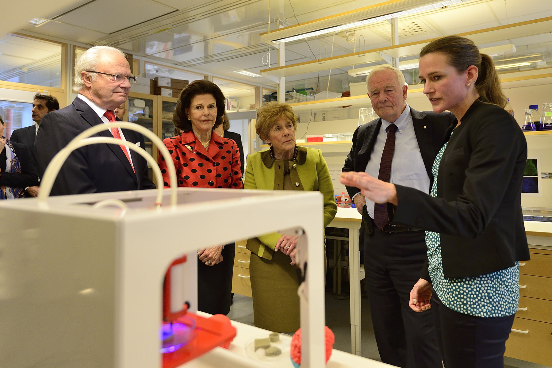 Later that morning, Their Excellencies and Their Majesties visited a lab at Karolinska Institute's Department of Neuroscience to see how a 3D bio printer can build 3D living tissues out of human cells and print cells and bioinks.