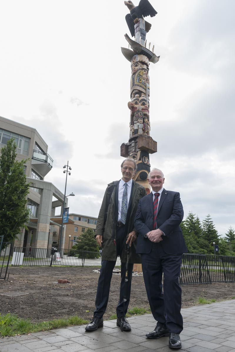 On the second day, the Governor General visited the Reconciliation Pole that was recently erected at the University of British Columbia. This 17-metre-tall totem pole represents the victims and survivors of Canada's residential school system. The pole was carved by Haida master carver and hereditary Chief James Hart, also known as 7idansuu. The pole, carved into an 800-year-old cedar tree, has special figures representing different aspects of the residential school experience.