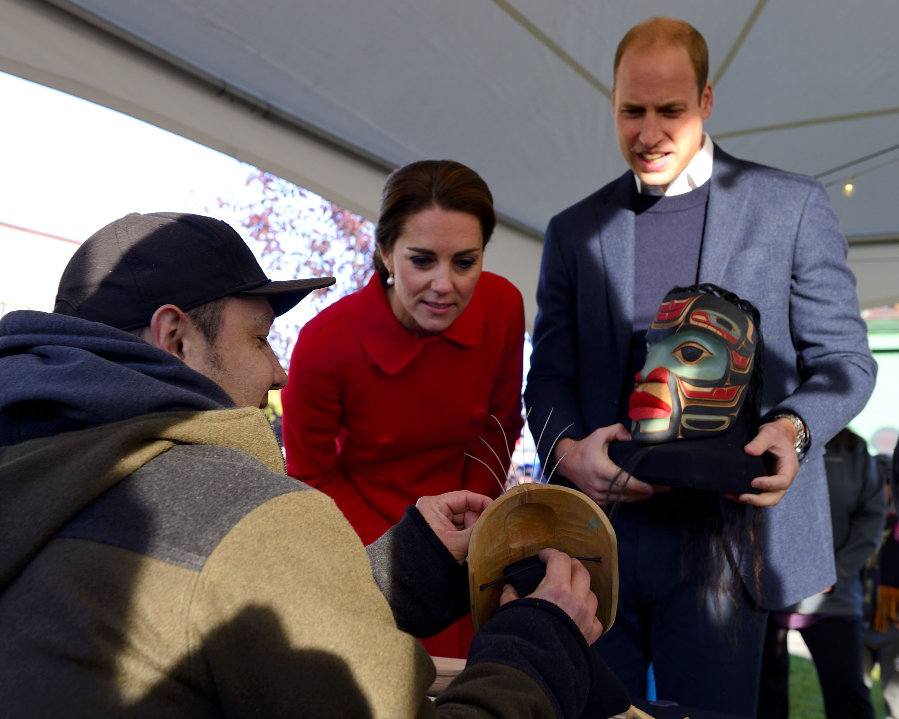 Their Royal Highnesses met with a young carver.