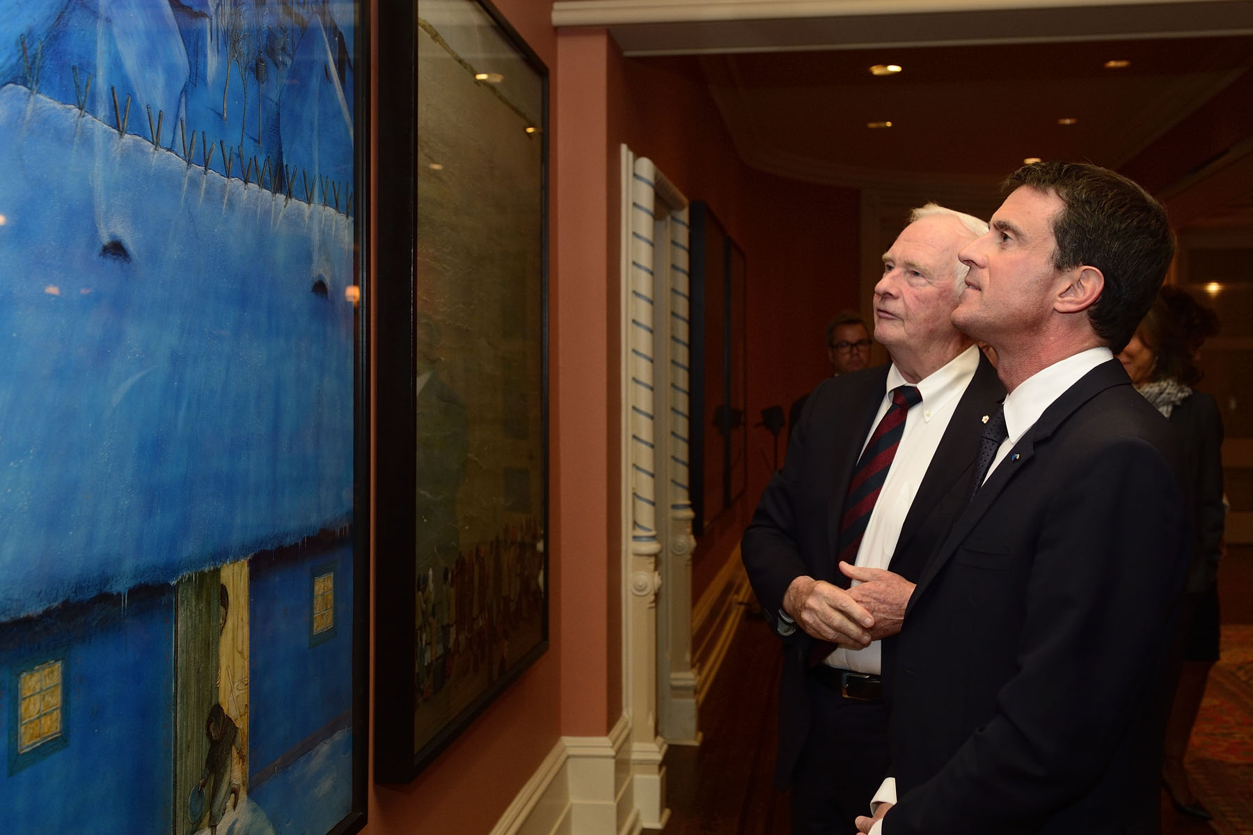 The Governor General and the Prime Minister appreciated Canadian artworks in the Reception Room.